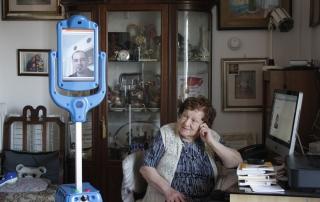 Senioren-Roboter_GiraffPlus_mit_italienischer_Nutzerin__c__CNR